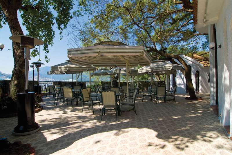 Outdoor patio at The Terrace at Pousada de Sao Tiago in Praia Grande
