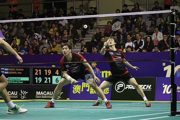 Two men competing in match at 2016 Macau Open Badminton