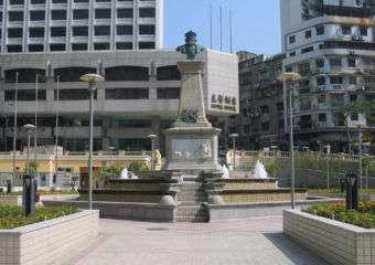 Center statue in Jardim Vasco da Gama park