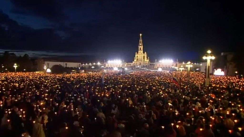 Crowd paying homage to Our Lady of Fatima