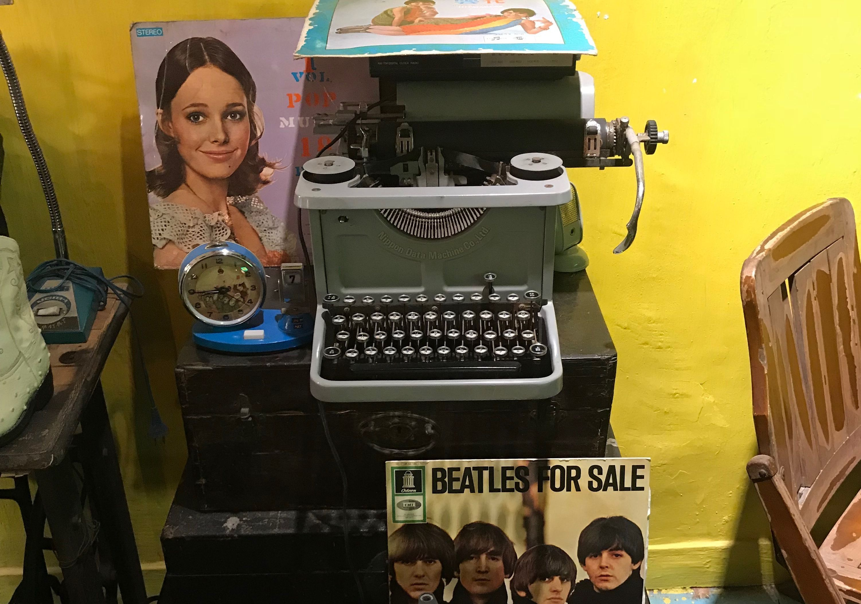 vintage typewriter vinyl collectore vintage shop macau lifestyle