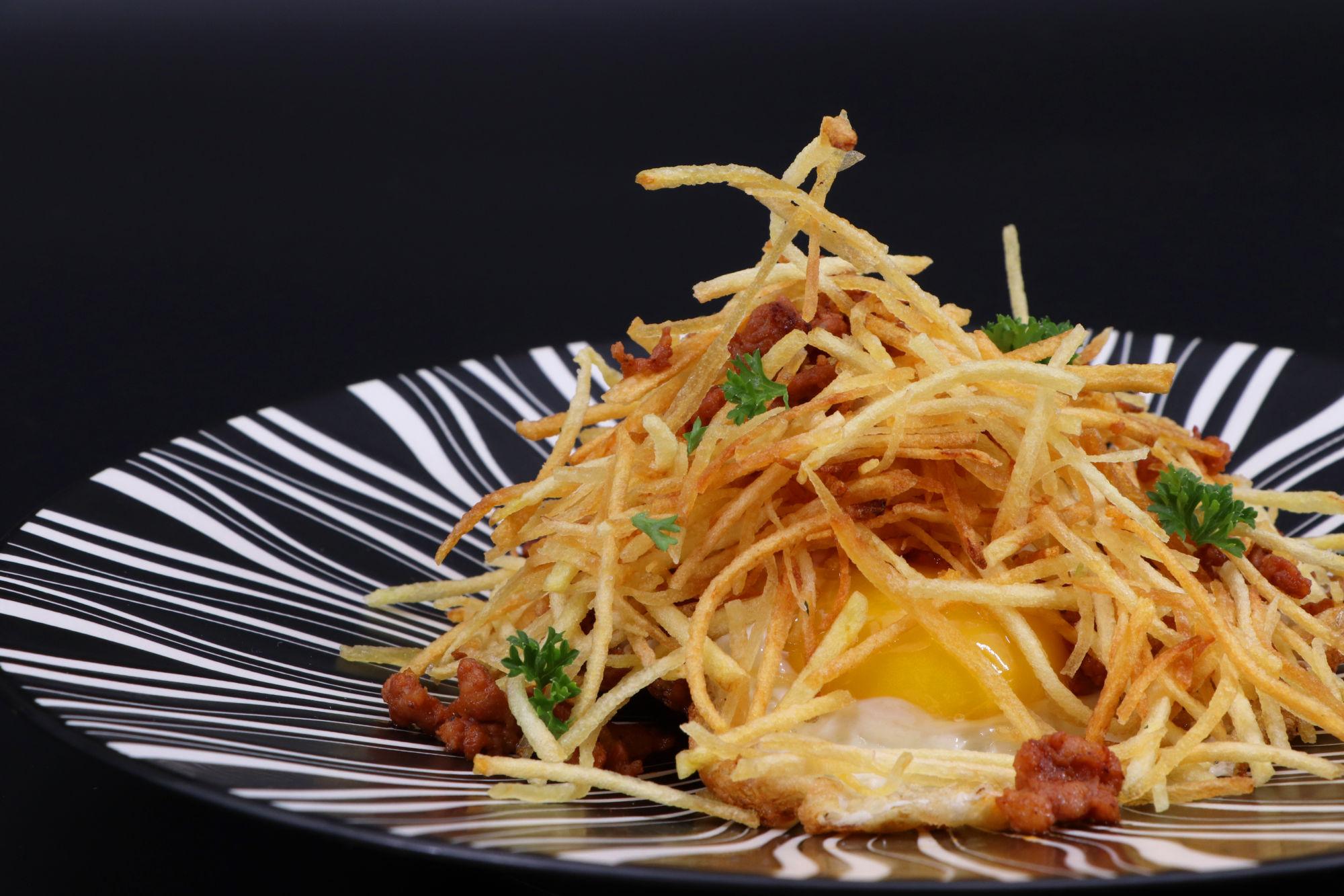 Sofitel Macau At Ponte 16 Catalan gastro pub Fried Egg with Potato & Home-Made Chorizo煎蛋配薯仔和自制西班牙腸