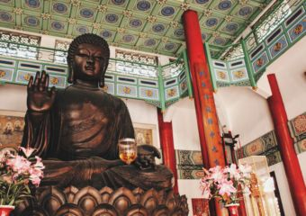 Pou-Tai-Un-Monastery_big-hall_buddha