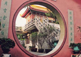 Pou-Tai-Un-Monastery_moon-door