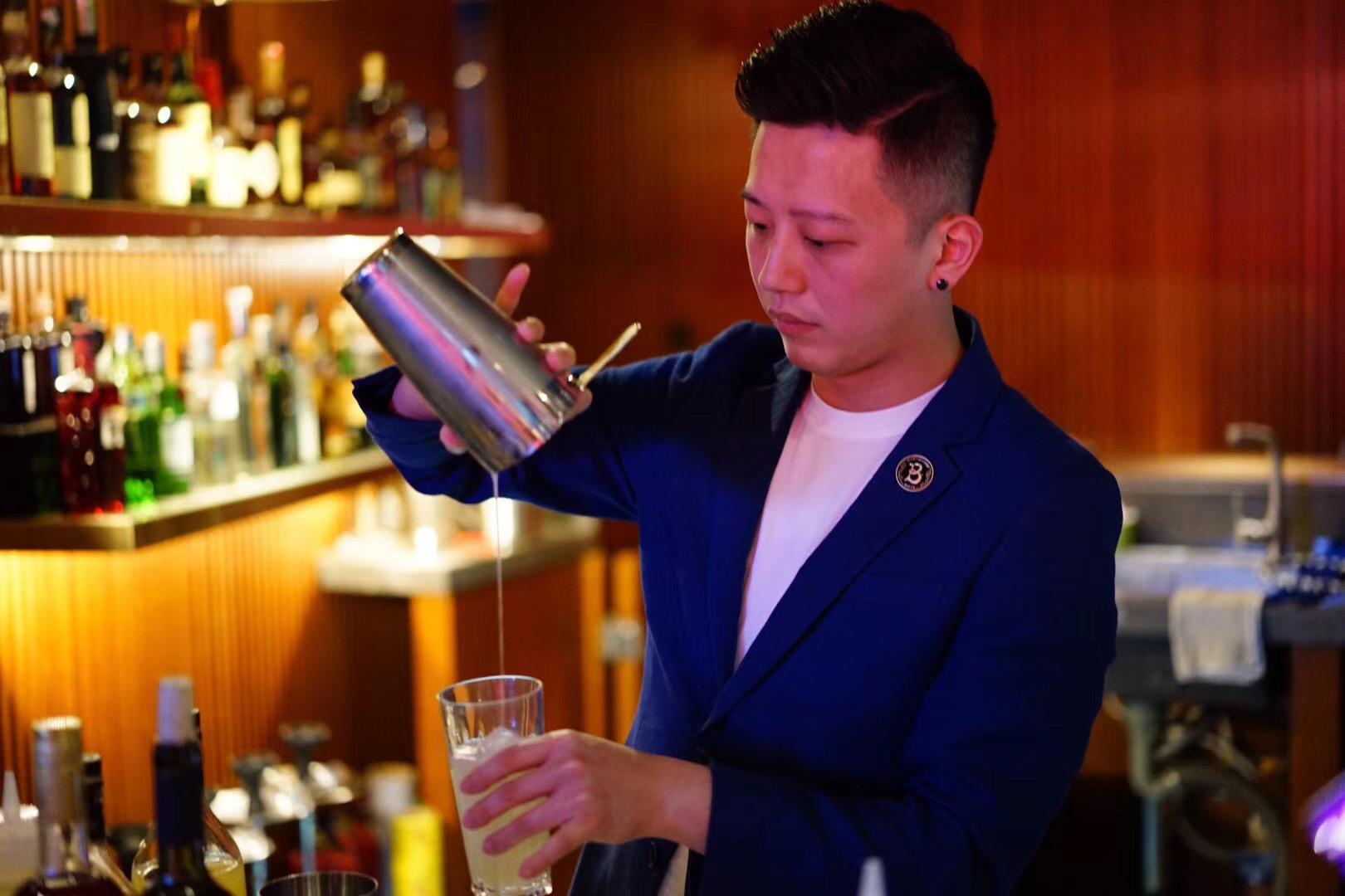 Bar stories vida rica bar mixologist pouring drink